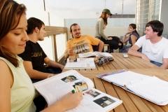 Alumnos en la terraza del cybercafé de mediterrani, planta 8