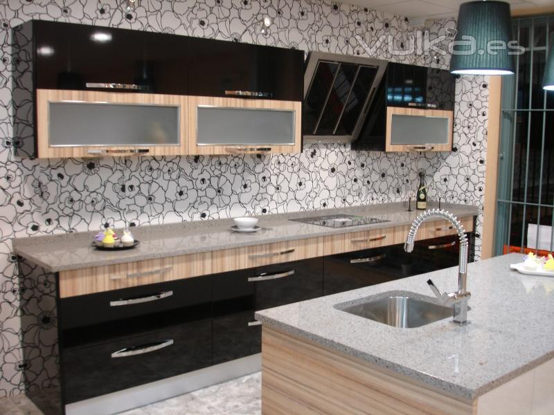Foto cocina formica 4 cantos color negro combinado madera - Formica para cocinas ...