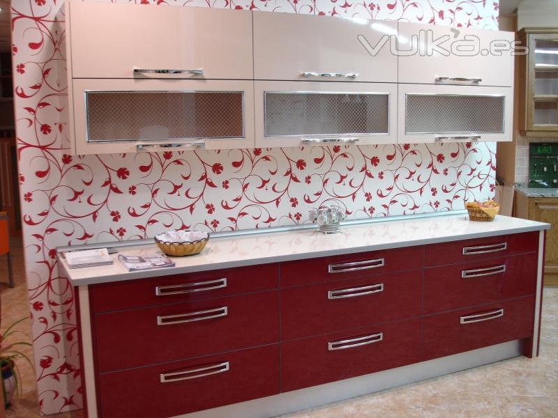 Foto cocina formica 4 cantos color champan con rojo burdeos - Cocinas color burdeos ...