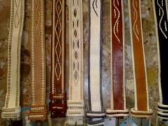 Cinturones calados y bordados al borde