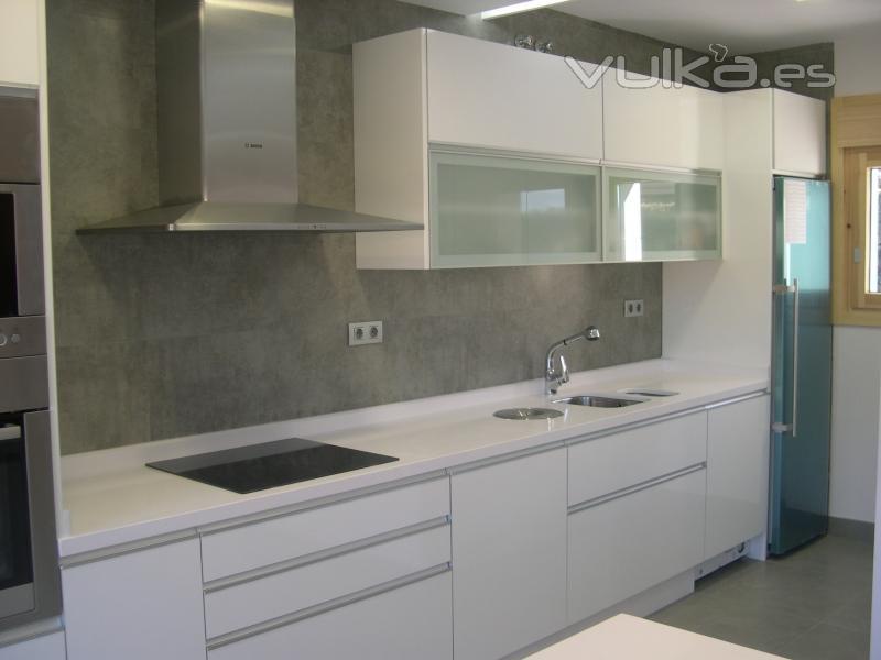 Foto cocina en formica blanco alto brillo - Ideas para cocinas pequenas modernas ...