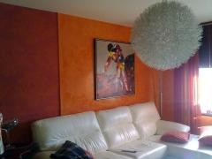 Salon decorado con papel pintado y estucco a la cal