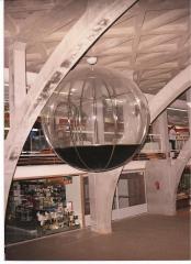 Esfera de diametro 3.60 mts. en metacrilato y acero inoxidable , suspendida por cable de acero Obra emisora de ...