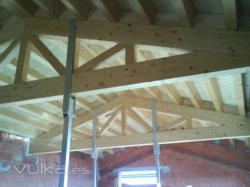 Foto cubierta a dos aguas cercha de tipo industrial y for Tejados de madera como hacer