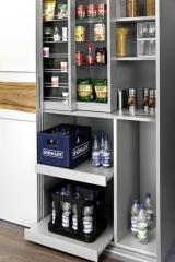 Armario despensa de cocina con puertas correderas y estanterias especieros deslizables.