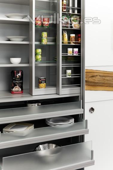 Foto armario despensa de cocina con puertas correderas y for Despensas de cocina a medida