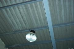 Alumbrado: luminaria reflector industrial en caseta de riegos agricolas.