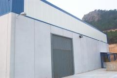 Alumbrado: instalacion alumbrado exterior luminarias brazo mural y proyector de halogenuros metalicos de refuerzo.