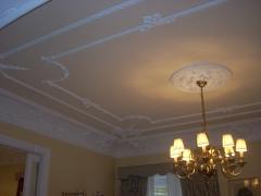 Colocacion de cornisa y baqueton, techos y paredes recubiertas con fibra de vidrio, acabado de pintura plastica satinada