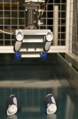 Disponemos de dos inyectoras de 165 tm. y 200 tm. colocadas en tamdem con un robot wittmman para realizar la ...
