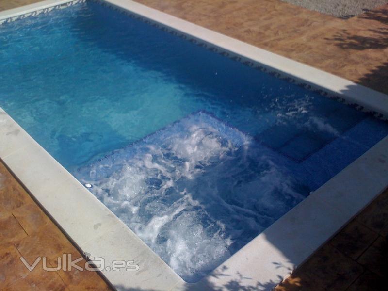 Foto piscina con yacuzzi for Piscinas hormigon proyectado