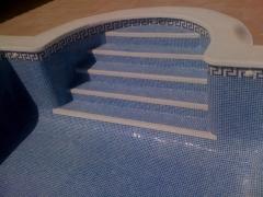 piscina con escalera romana
