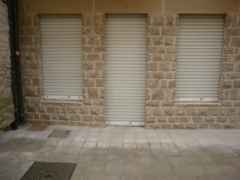 Persianas metalicas lacadas en blanco de local comercial
