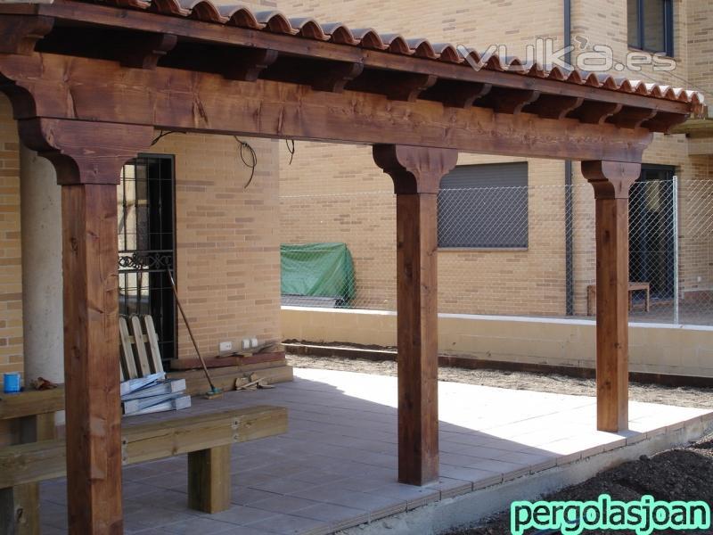 Foto porche de madera con teja adosado a la casa for Imagenes de tejados de madera