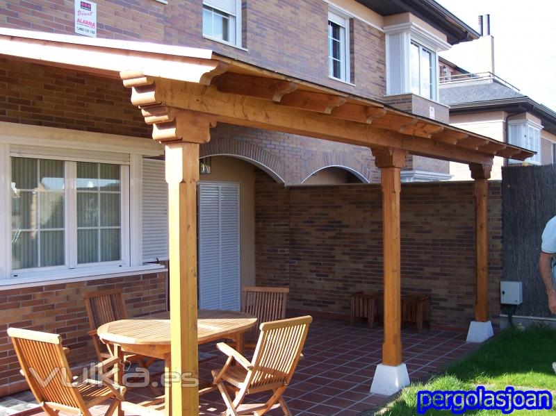 Foto pergola de madera adosada ala casa con cubierta de for Cubiertas acristaladas