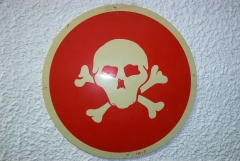 Placa de peligro de muerte antigua (calavera).