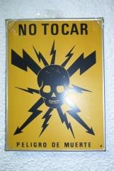 Placa de peligro de muerte antigua. fondo amarillo.