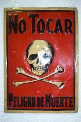 Placa de peligro de muerte antigua. fondo rojo.