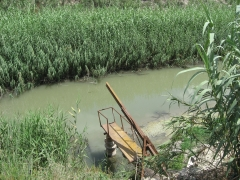 Riegos agricolas. pedestal de bomba sumergible en rio.