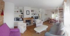 Salon a dos alturas con chimenea - la casa verde