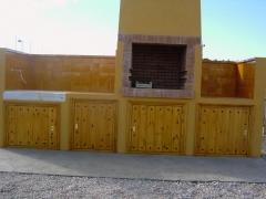 Puertas en machihembrado con junta en punta almendra con tachas negras
