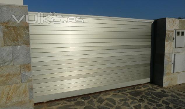Foto puertas correderas puerta corredera formada por - Puerta de acero galvanizado ...