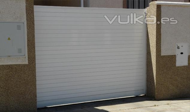 Foto puertas correderas puerta corredera formada por for Marco puerta corredera