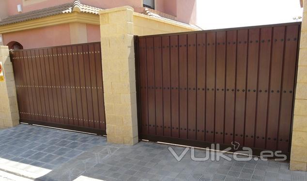 Foto puertas correderas puerta corredera formada por - Puerta acero galvanizado ...