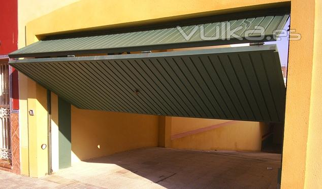 Foto garaje basculantes puerta basculante 1 3 de - Puerta basculante garaje ...