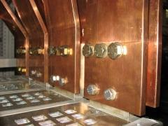 Detalle de tornilleria y pletinas de cobre.