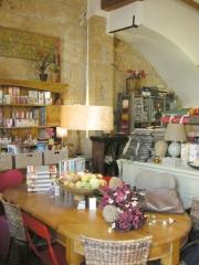 Rincon de lectura, revistas y libros de decoracion disponibles