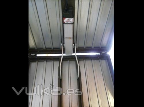 Automatismos y Accesorios : Vista interior de operador  electrohidr�ulico HOME BACN  en puerta basculante de ...