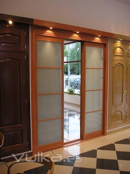 Foto armario de corredera madera y cristal for Puertas madera y cristal interior