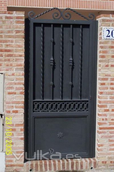 Puertas de hierro con reja protectora car interior design for Imagenes de puertas de hierro