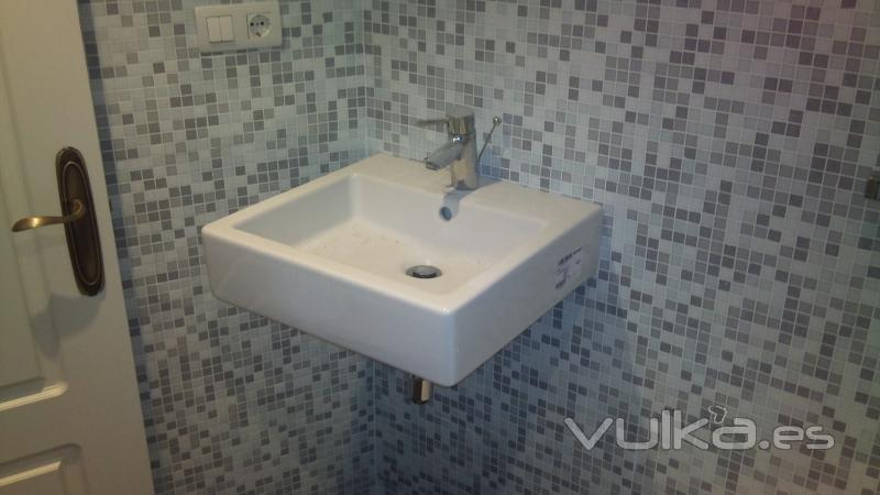 Azulejos Baño Tipo Mosaico:Foto: baño con azulejo de mosaico con lavabo suspendido