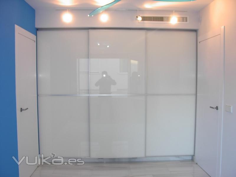 Foto armario empotrado frente corredera cristal lacado blanco for Muebles de cristal a medida