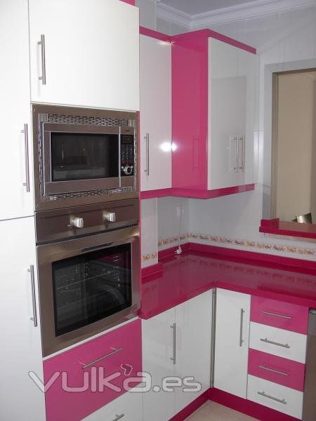 Foto cocina de formica blanca fucsia - Cocinas rosa fucsia ...