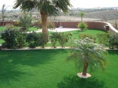 Los jardines revestidos con cesped artificial royalgrass son la solucion para crear un espacio verde sin mantenimiento