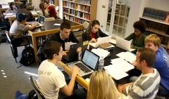 Estudiantes en la biblioteca