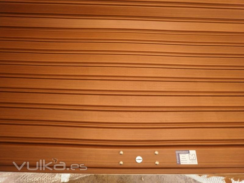 Foto persiana imitacion madera en fase de fabricacion - Persianas blindadas ...