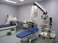 Quirófano de microcirugía ocular de alta tecnología.