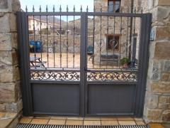 Puerta en casilla pintada en forja