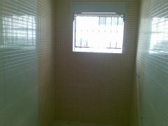 Cuarto de baño en diferentes tonos con plato de ducha de obra encastrado