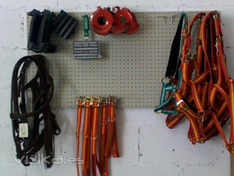 Cabezadas, collares para perros y accesorios para caballos 800x600 px