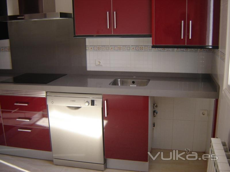 Foto cocina en formica brillo combinando los colores for Cocinas color granate