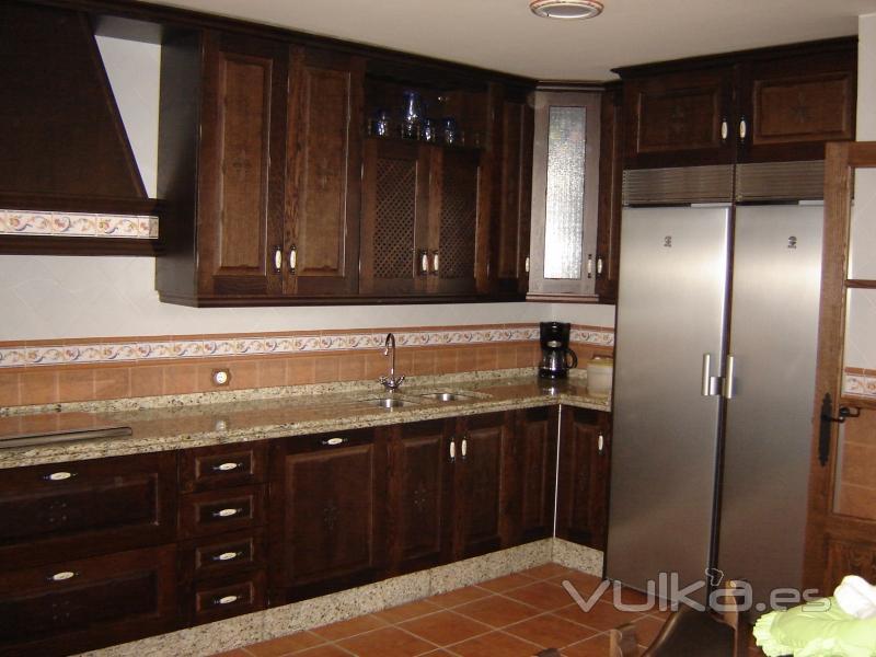 Foto cocina rustica en madera de roble tintada en color wengu encimera y zocalo en granito - Muebles de cocina color wengue ...