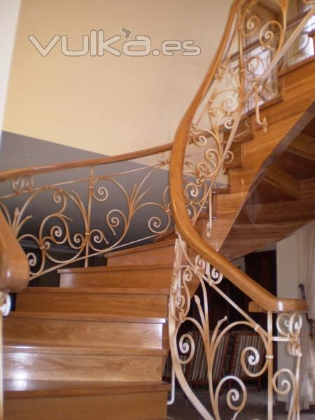 Foto escalera en madera de roble con pasamanos curvado for Pasamanos de escaleras