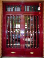 Puerta de portal  con apliques de laton