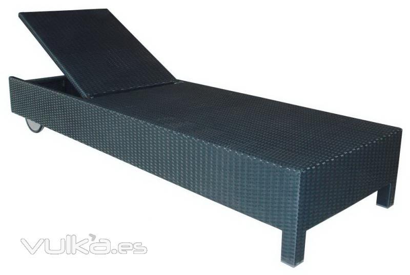 Foto preciosa tumbona en rattan sintetico ideal for Rattan sintetico muebles jardin