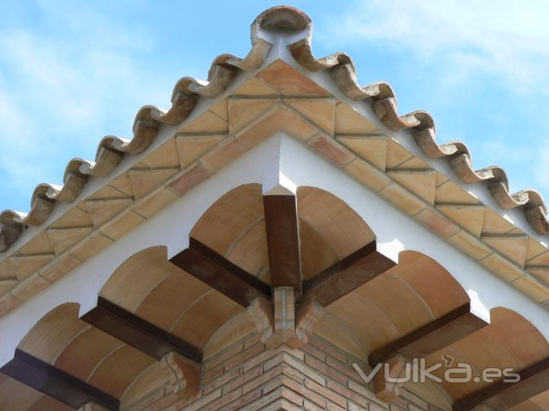 Foto cornisa con revolton for Tejados de madera rusticos
